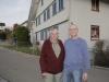 Peter Hinder (rechts) mit Otto Burri, der heute in Peters Elternhaus wohnt.
