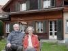 Walter und Trudy Bischof-Schlotter vor ihrem Haus an der Oberdorfstrasse. Eigentlich wollten sie ja partout nicht aufs Foto, aber der Fotograf konnte sie (wie andere auch) erfolgreich umgarnen.