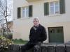 Erwin ist der Sohn des ehemaligen Dorfchronisten Gottfried Peter. Hier sitzt er vor seinem Elternhaus.