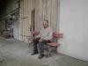 Eugen Krucker auf seinem Bänkchen vor dem Haus.